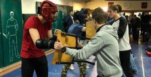 Российских школьников обучат самообороне