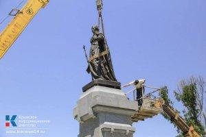 В российском Симферополе началась установка памятника Екатерине II, восстановленного на пожертвования россиян