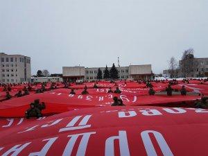 Во Владимире развернули 71 масштабную копию Знамени Победы общей площадью около 15000 квадратных метров
